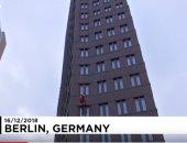شاهد.. سانتا كلوز ينزل بالحبال من على ناطحة سحاب ببرلين لتقديم الهدايا للأطفال