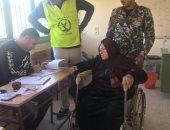 القضاة ورجال الشرطة يساعدون كبار السن وذوى الإعاقة للإدلاء بأصواتهم بالعريش