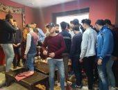 تسليم 25 طالبا بعد ضبطهم يتعاطون الشيشة بأحد المقاهى بدمياط لذويهم