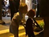 قلبه لا يعرف إلا الحب.. طفل يراقص دمية خشبية .. فيديو
