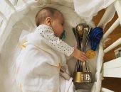 احتفال ملائكى.. شاهد ابن لوكاس فاسكيز يخطف كأس العالم للأندية من ريال مدريد