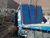 صور.. إصابة ربة منزل فى اقتحام سيارة نقل منزلها بطريق أسيوط الزراعى