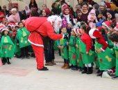 بابا نويل يوزع الهدايا على السائحين فى الأقصر وتلاميذ المدارس بالجيزة