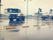 فيديو وصور.. تواصل سقوط الأمطار وأعمال إزالة تجمعات المياه من شوارع مطروح