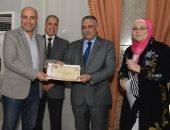 نائب رئيس جامعة عين شمس يكرم المشاركين بفعاليات حملة مناهضة العنف