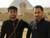 قارئ يشارك بصورته مع صديقه التونسى ضمن مبادرة الدفاع عن جمال وأمن مصر
