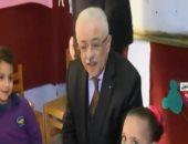 وزير التعليم يجالس أطفال الروضة بمدرسة الإمام الشافعى الابتدائية