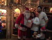 """سيكريت سانتا.. """"يوسف"""" لبس بابا نويل وفاجأ الأطفال فى بيوتهم.. اعرف رد فعلهم"""