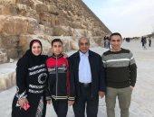 """أسرة تشارك صورها أمام الأهرامات ضمن حملة """"اليوم السابع"""" للدفاع عن جمال مصر"""