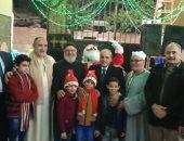 """صور.. بابا نويل يستقبل المهنئين أمام """"إبراشية مارجرجس"""" بالقليوبية"""