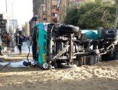 إصابة 11 شخصا فى انقلاب سيارة نقل بصحراوى البحيرة