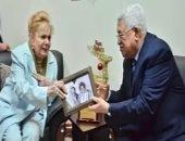 """""""كل يوم"""" يعرض صور تكريم الرئيس الفلسطينى للفنانة نادية لطفى"""