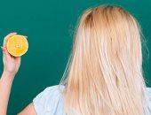 من غير أكسجين ولا بودرة.. وصفة طبيعية لتفتيح لون الشعر بالليمون