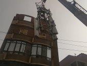 بسبب شدة الرياح.. سقوط شبكة محمول أعلى منزل بمدينة قليوب