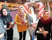 كلنا إيد واحدة.. مسلمون يقدمون الورود للأقباط أثناء قداس عيد الميلاد بالقليوبية