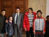 أشرف صبحى يلتقى مجموعة من الأبطال ذوى القدرات الخاصة