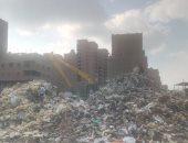مسئولى النظافة بالمرج يفرشون القمامة بالأرض أمام مدرسة الأورمان بدلا من نقلها