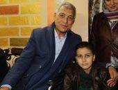 محافظ المنوفية يزور طفل مريض بالسرطان بمنزله لتشجيعه على محاربة المرض