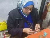 """""""أم حبيبة"""" تصنع المصوغات والحلى فى الإسكندرية بمشروع بدأ بـ200 جنيه"""