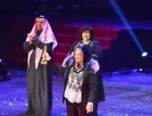 صور.. شهيرة تتسلم تكريم النجم الكبير محمود ياسين بمهرجان المسرح العربي