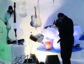 """كهف """"اسكيمو"""" يستقبل ضيوفا كل شتاء لسماع موسيقى بآلات من الجليد.. فيديو"""