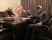 """صورة.. جلسات عمل مكثفة بين صناع مسلسل """"زلزال"""" لـ محمد رمضان"""