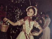 نيللى كريم تشارك جمهورها صورة من طفولتها بفستان أحمر × أبيض