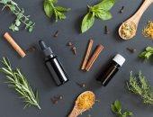 قبل ما تستخدم الوصفات الشعبية.. اعرف من الآمن تناول الزيوت الطبيعية أم لا