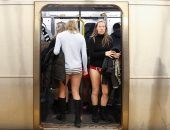 ركاب مترو نيويورك يحتفلون باليوم العالمى لخلع السروال رغم البرد