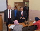 نائب رئيس جامعة عين شمس يتفقد لجان الامتحانات بكليه التربية