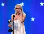 رغم فوزها بجائزة النقاد لأحسن ممثلة.. أعرف سبب حزن وبكاء ليدى جاجا.. صور