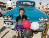 """صور.. مواطنون يلتقطون صورا تذكارية مع سيارة """"عبد الناصر"""" بذكرى افتتاح السد العالى"""