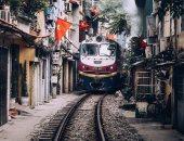 """امسك أعصابك.. قطار """"هانوى"""" يمر مرتين يوميا وسط بيوت العاصمة الفيتنامية"""