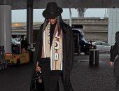 """""""في المطار"""".. ناعومى كامبل بإطلالة كلاسيكية مذهلة ووشاحها بـ 390 جنية استرلينى"""
