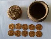 الكشف عن عملات ذهبية من العصر البيزنطى بمنطقة عين السبيل بالداخلة.. صور