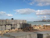 صور .. 4 آلاف صخرة لحماية شواطئ الاسكندرية بتكلفة 103 مليون جنيه