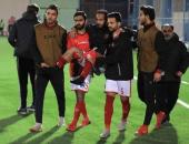 شاهد.. وليد سليمان محمولا من لاعبى الأهلى بعد إصابته فى لقاء الشبيبة