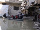 صور.. مزارع سورى يبحر بقارب فى شوارع بلدته.. إيه السبب؟