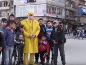 """فيديو.. """"رجل حلب الأصفر"""" يطمح بدخول جينيس"""