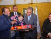 وزير النقل يكرم منقذى طفل تعرض لأزمة صحية خلال استقلاله قطار