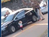 فيديو.. طفلة أمريكية تستسلم للشرطة بعد اعتقال والدها