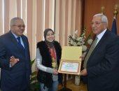 محافظ الدقهلية يكرم طالبة أزهرية فائزة بالبطولة العربية لرفع الأثقال