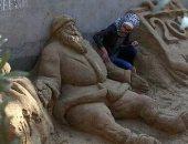 """لكل فنان طريقة.. """"رنا"""" فتاة فلسطينية نقلت معاناة بلدها بالنحت على الرمال"""