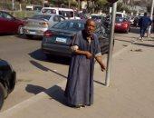 """""""إحنا معاك"""".. قارئ يشارك بصورة مسن بلا مأوى أمام كلية تجارة جامعة عين شمس"""