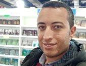 """""""عيوننا فى المعرض""""..قارئ يشارك بصورته داخل معرض القاهرة للكتاب"""