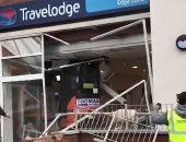 فيديو وصور.. سائق حفار يهدم بوابة فندق بعد تأخر الإدارة فى دفع مستحقاته