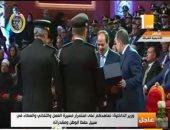 وزير الداخلية يقدم هدية تذكارية للرئيس السيسي فى احتفال عيد الشرطة