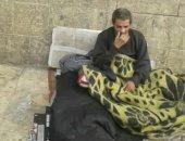 """""""إحنا معاك"""".. قارئ يشارك بصورة لمشرد يقيم منذ سنوات على الرصيف بشارع بورسعيد"""