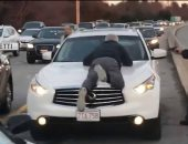 جنون سائق.. رد فعل غير متوقع لشخص بعد اصطدام سيارته بأخرى.. اعرف الحكاية