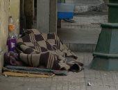 """""""إحنا معاك"""".. قارئ يشارك بصورة مشرد ينام على الرصيف فى شارع القصر العينى"""